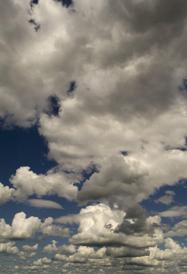 Intensiver blauer Himmel mit weißen Wolken lizenzfreie stockbilder