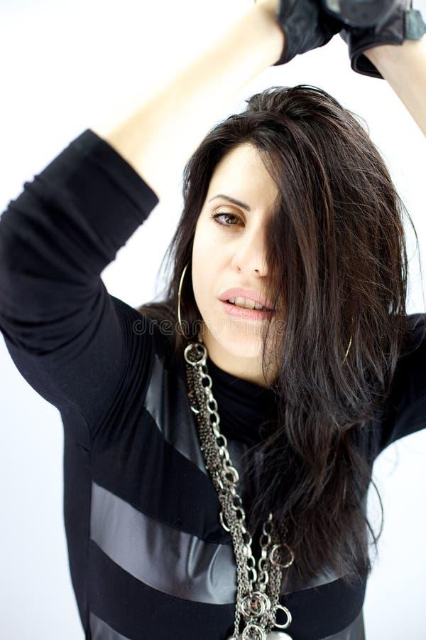 Intensiver müder weiblicher Rockstar im starken Gefühl des Konzerts stockfotografie