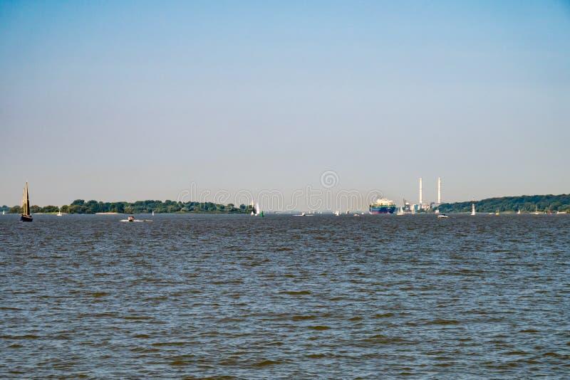 Intensiver Schiffsverkehr auf der Elbe bei sonniger Sonntagszeit Ende August stockfotografie