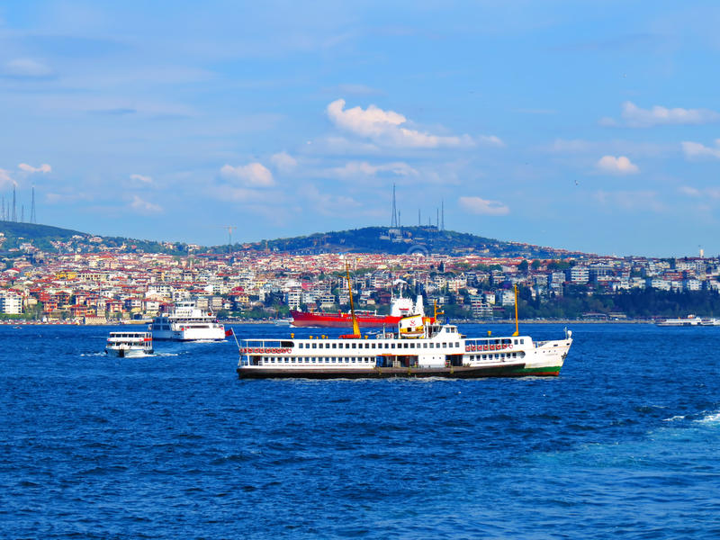 Intensiver Verkehr im Bosphorus stockfotos
