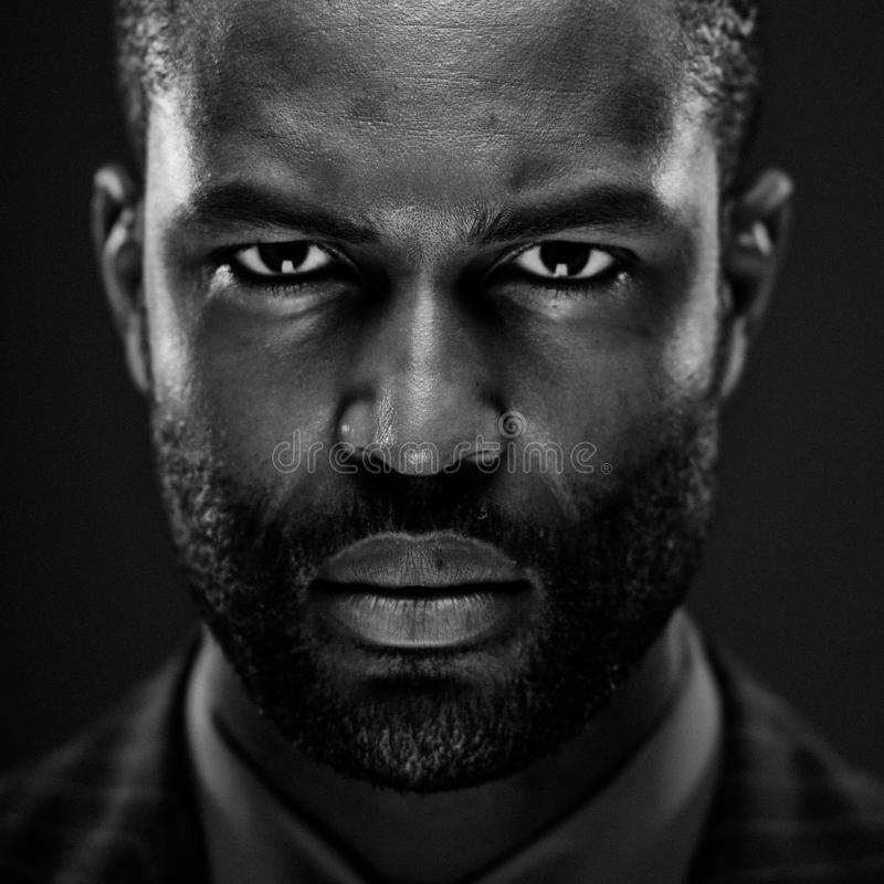 Intensives Afroamerikaner-Studio-Porträt stockbild
