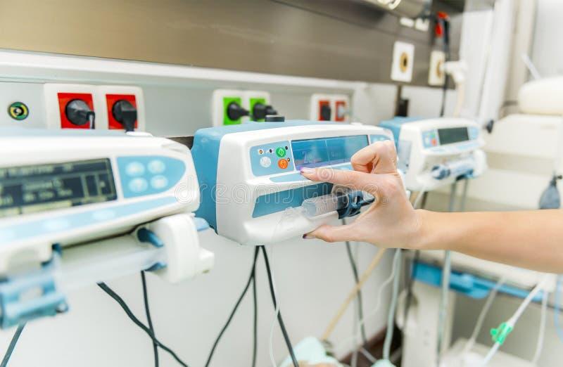 Intensivpflegeinfusionspumpe stockfotos
