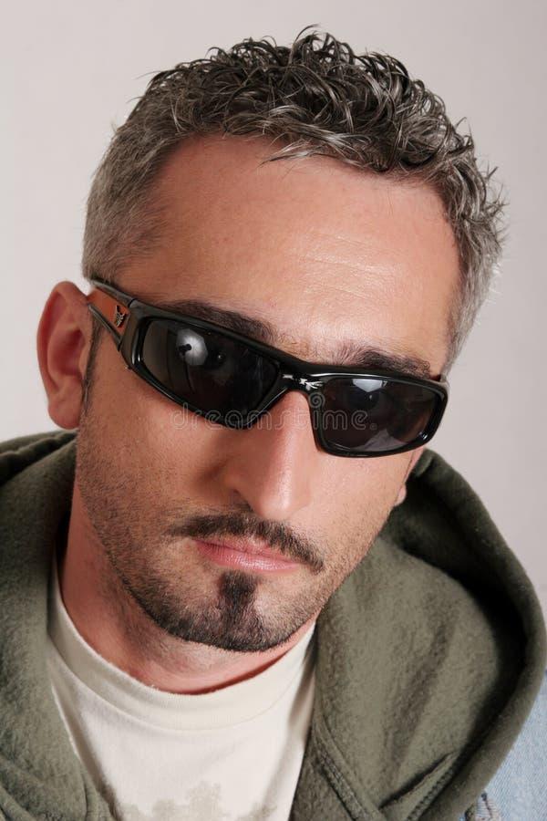 Intenso con gli occhiali da sole fotografia stock