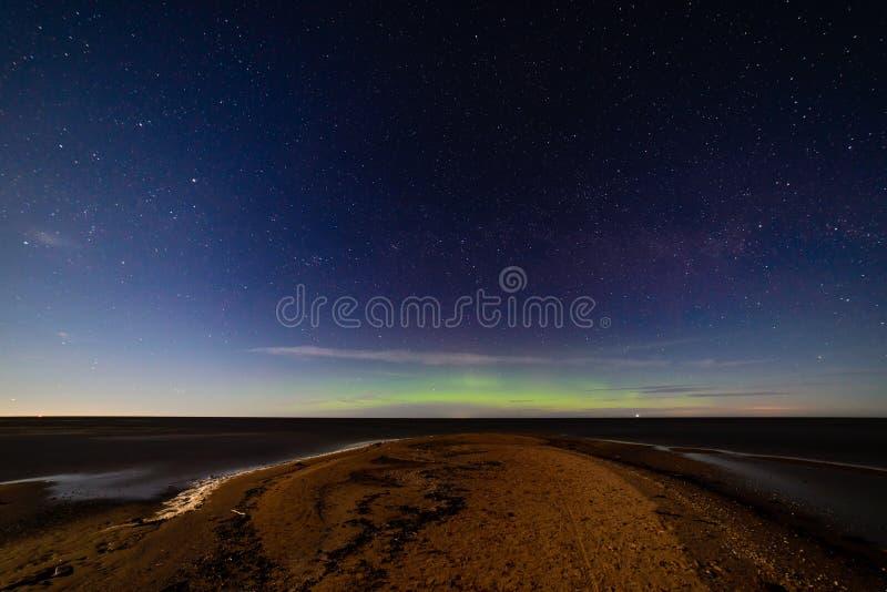 intensywni północnych świateł zorzy borealis nad plażą obraz royalty free