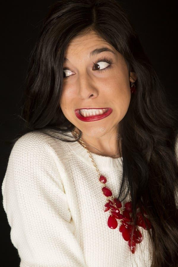 Intensywni zęby gritted wyraz twarzy na ciemnej kobiecie fotografia stock