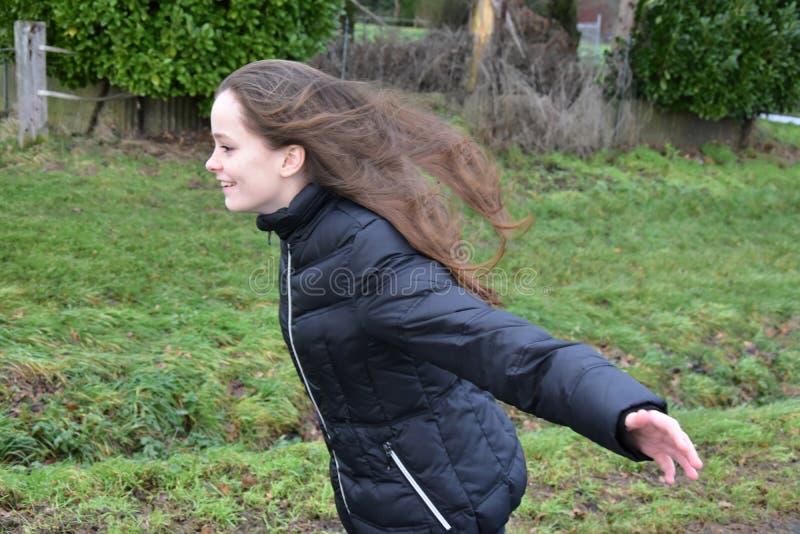 Intentos de la muchacha a volar en la tormenta fotos de archivo