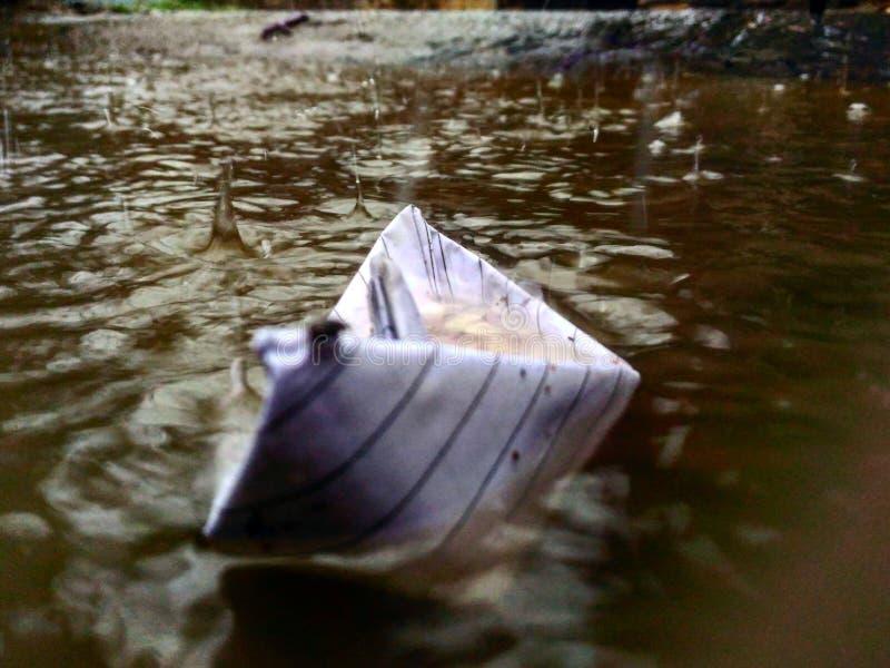 Intentos de papel del barco a navegar antes de ahogar fotografía de archivo