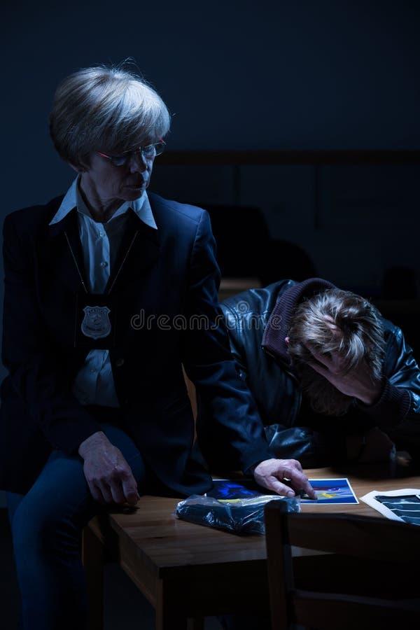 Intentos del detective para probar culpabilidad imágenes de archivo libres de regalías