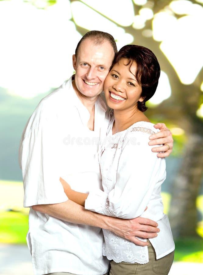 inter gift för asiatiska caucasian par royaltyfria foton