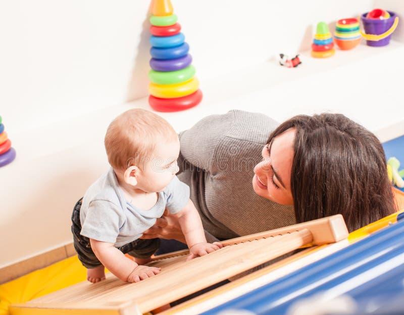 Interação entre a mãe e o bebê imagens de stock