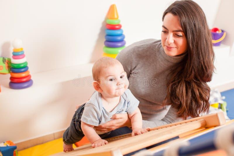 Interação entre a mãe e o bebê fotografia de stock royalty free