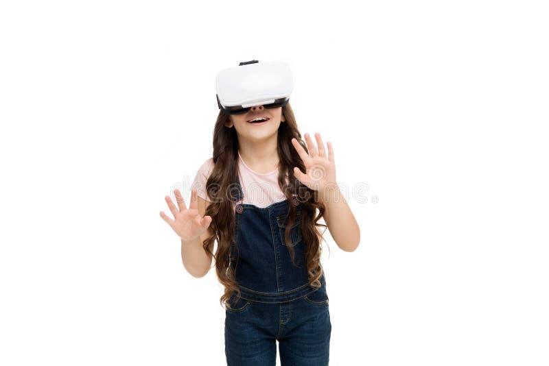 Interação excitante O futuro do VR está aqui Menina vestindo fones de ouvido de realidade virtual O futuro do entretenimento e imagem de stock