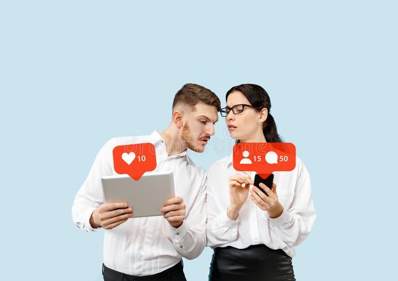 Interações sociais dos meios no telefone celular fotografia de stock royalty free
