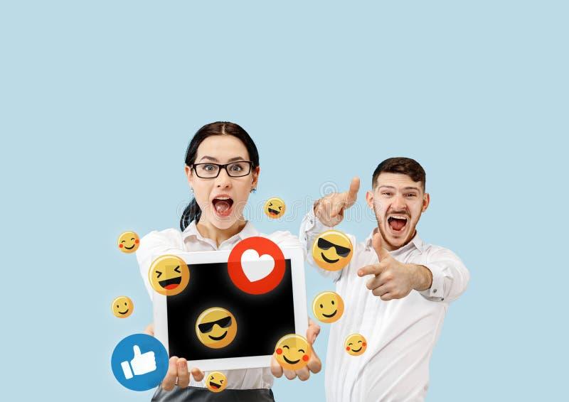Interações sociais dos meios no telefone celular fotografia de stock