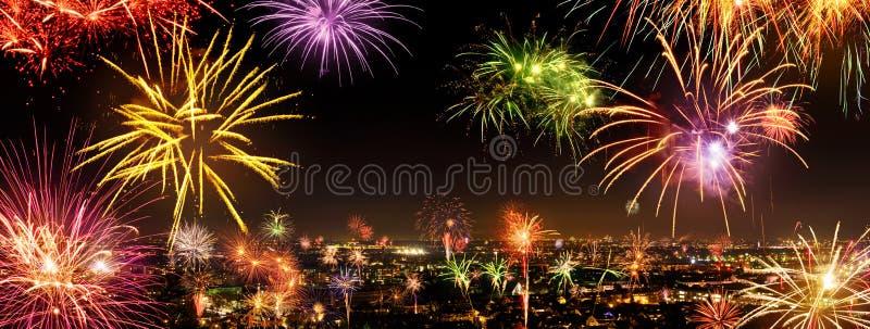 Intera città che celebra il nuovo anno con i fuochi d'artificio immagini stock libere da diritti