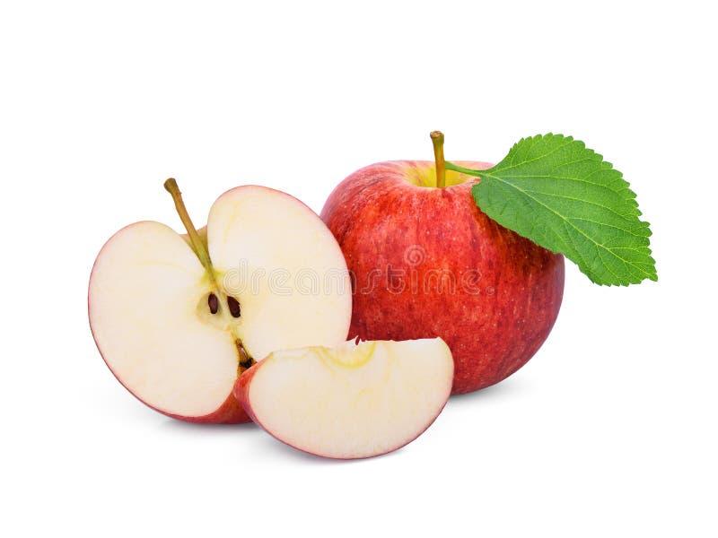 Intera e mezza mela rossa di galà con la foglia verde isolata su bianco fotografia stock libera da diritti