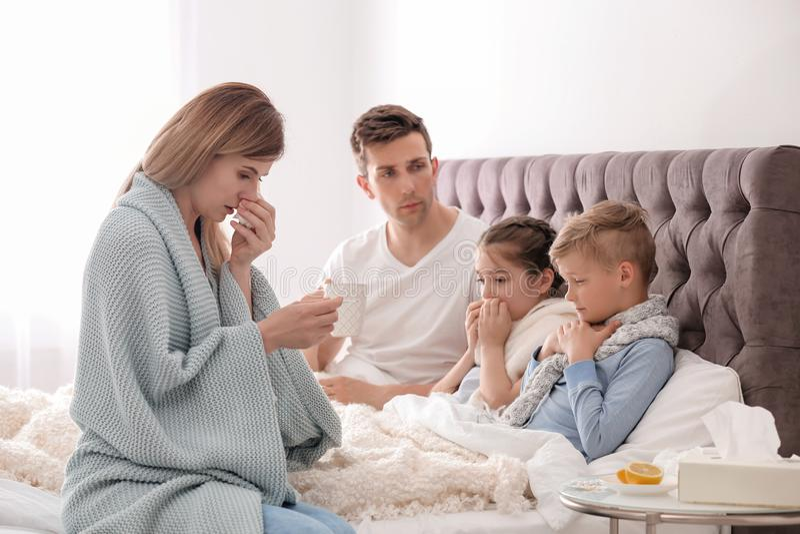 Intera famiglia che soffre dal freddo fotografia stock libera da diritti