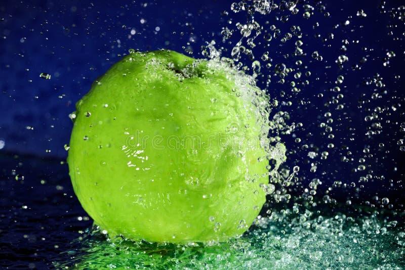 Intera mela verde immagine stock