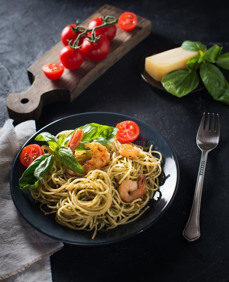 Intera pasta con i gamberetti, vista superiore, spazio degli spaghetti del grano della copia fotografie stock