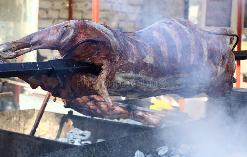 Intera torrefazione della carne su uno sputo immagine stock libera da diritti