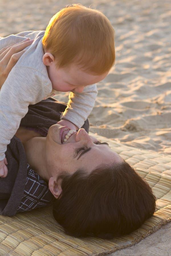 Interacción de la madre y del bebé fotos de archivo libres de regalías
