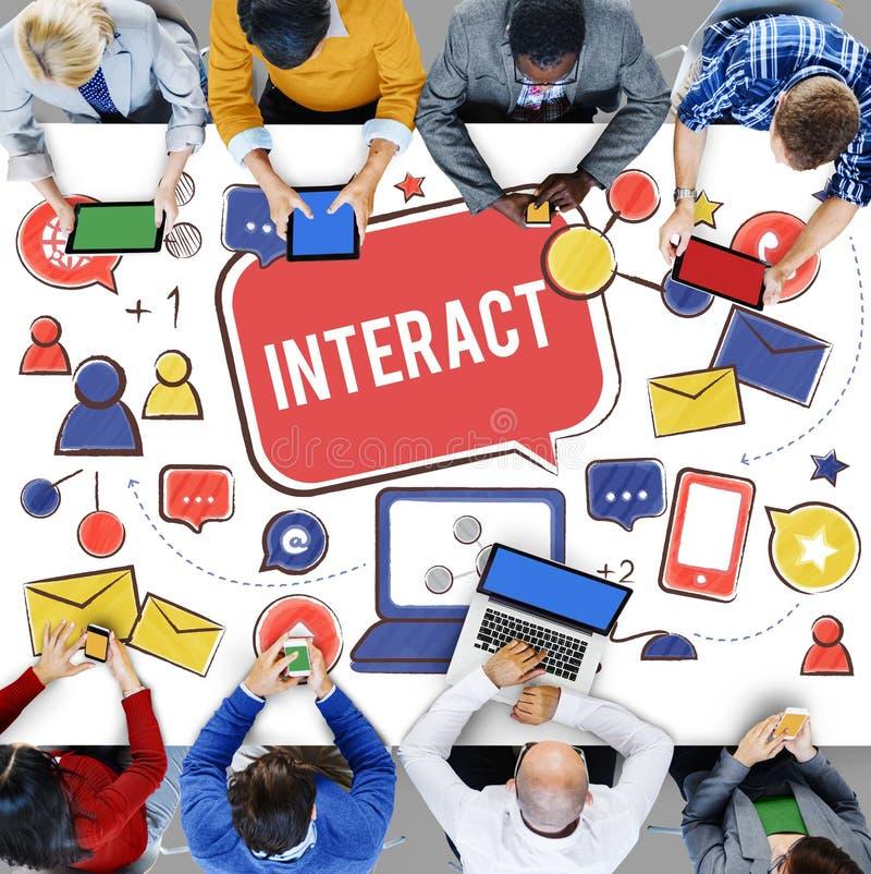 Interactif communiquez relient la mise en réseau sociale de media social concentrée image stock