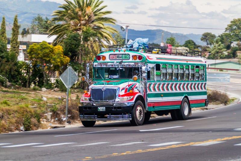 INTERAMERICANA GUATEMALA - MARS 22, 2016: Färgglad feg buss, gamlaUSA-skolbuss, ritter på den Interamericana huvudvägen royaltyfria foton