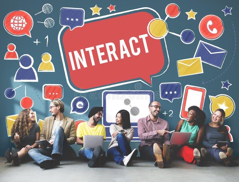 Interativo comunique-se conectam os trabalhos em rede sociais dos meios sociais concentrados fotografia de stock royalty free
