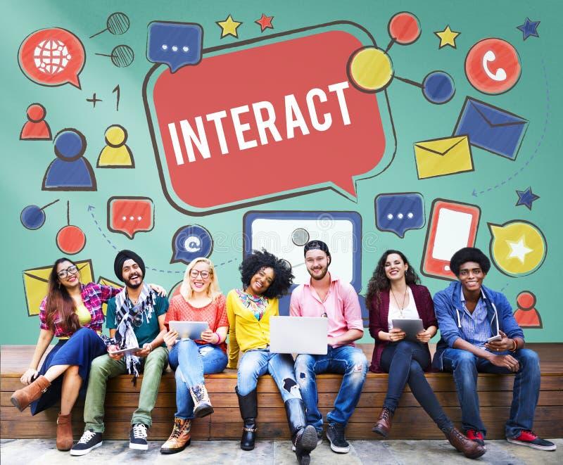 Interativo comunique-se conectam os trabalhos em rede sociais dos meios sociais concentrados foto de stock