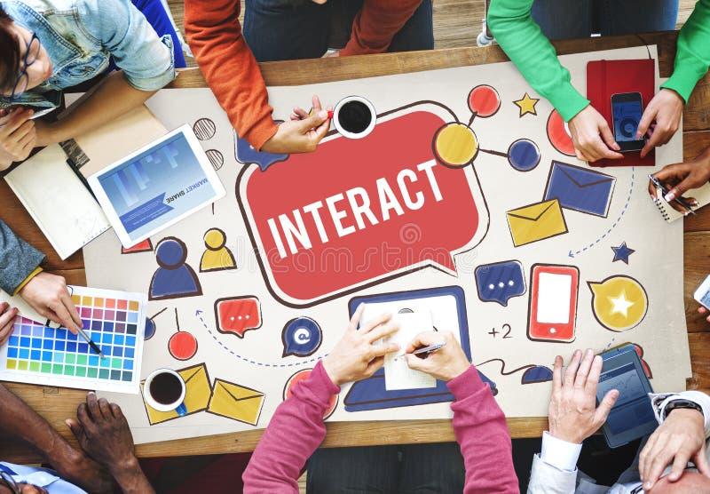 Interativo comunique-se conectam os trabalhos em rede sociais dos meios sociais concentrados imagem de stock