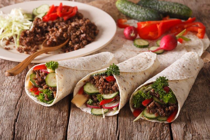 Intercale el rollo relleno con carne de vaca y el primer de las verduras horizonte fotos de archivo