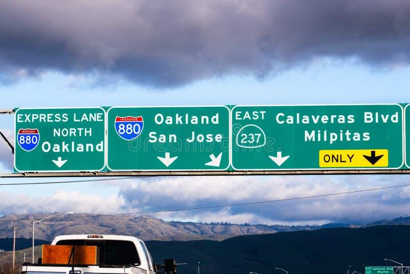Intercambio de autopistas 880 y Highway 237 en South San Francisco Bay Area; Señalización Freeway que proporciona información sob foto de archivo