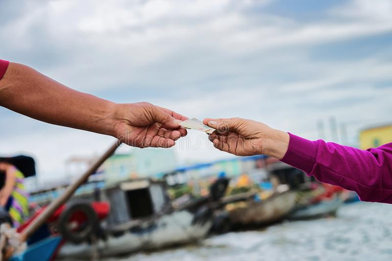 Intercambio de dinero en el mercado flotante en Can Tho fotografía de archivo libre de regalías