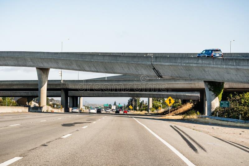 Intercambio de la autopista sin peaje en la área de la Bahía de San Francisco, California fotos de archivo