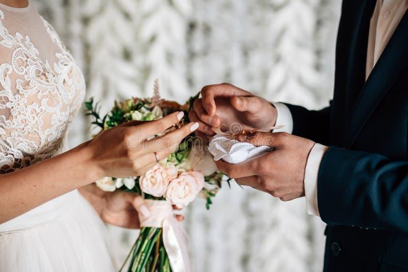 Intercambio de los anillos de bodas foto de archivo
