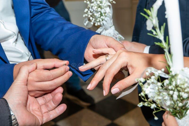 Intercambio de los anillos de bodas en iglesia ortodoxa fotografía de archivo libre de regalías