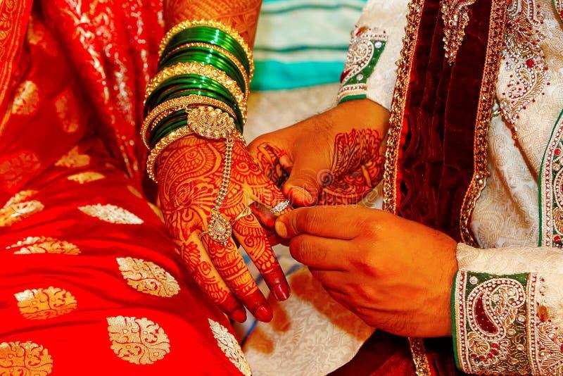 Intercambio del anillo de compromiso, un ritual que ocurre antes de la boda hindú fotografía de archivo libre de regalías
