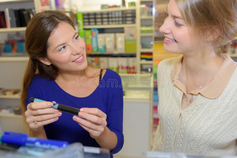 Intercambio entre el cliente y el vendedor en efectos de escritorio imagen de archivo