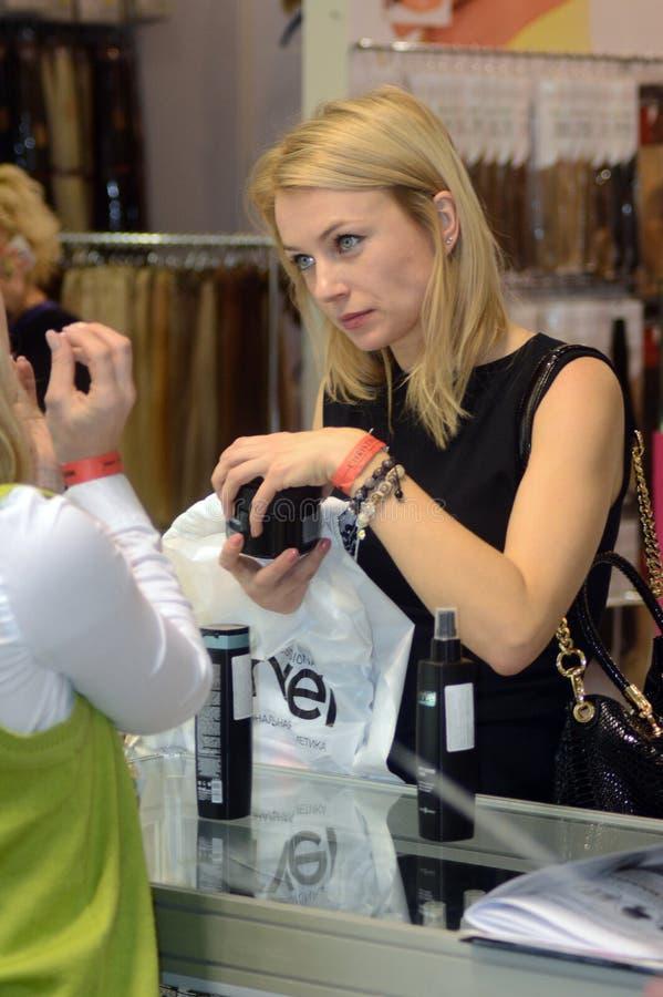 Intercharm XII de Internationale mooie blonde vrouw van Tentoonstellingsmoskou Autumn Young kiest een middel voor zorg van lichaa stock afbeelding