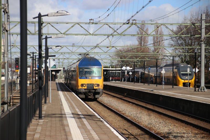 Intercity διπλό τραίνο καταστρωμάτων DAZ στο trainstation της Χάγης Laan van NOI στις Κάτω Χώρες στοκ εικόνα