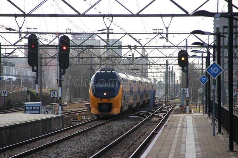 Intercity διπλό τραίνο καταστρωμάτων VIRM στο trainstation της Χάγης Laan van NOI στις Κάτω Χώρες στοκ εικόνες