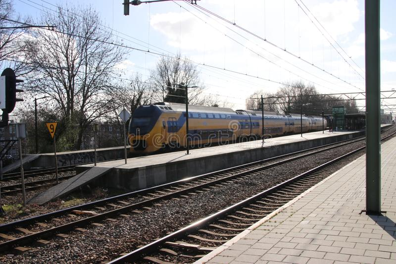 Intercity διπλό τραίνο καταστρωμάτων VIRM στο trainstation της Χάγης Laan van NOI στις Κάτω Χώρες στοκ φωτογραφίες