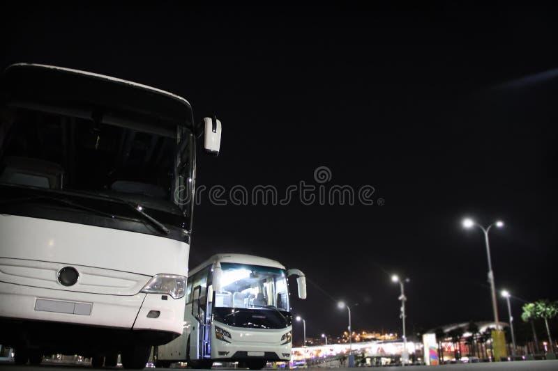 Intercity λεωφορεία στο σταθμό στοκ φωτογραφία