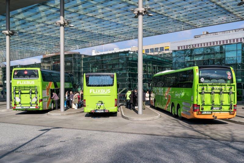 Intercity λεωφορεία Flixbus στην κεντρική στάση λεωφορείου του Αμβούργο στοκ εικόνες