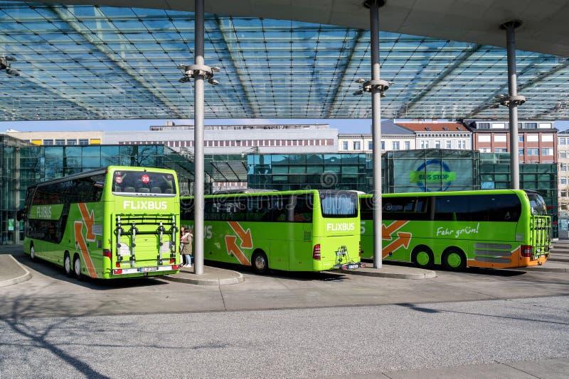 Intercity λεωφορεία Flixbus στην κεντρική στάση λεωφορείου του Αμβούργο στοκ εικόνες με δικαίωμα ελεύθερης χρήσης