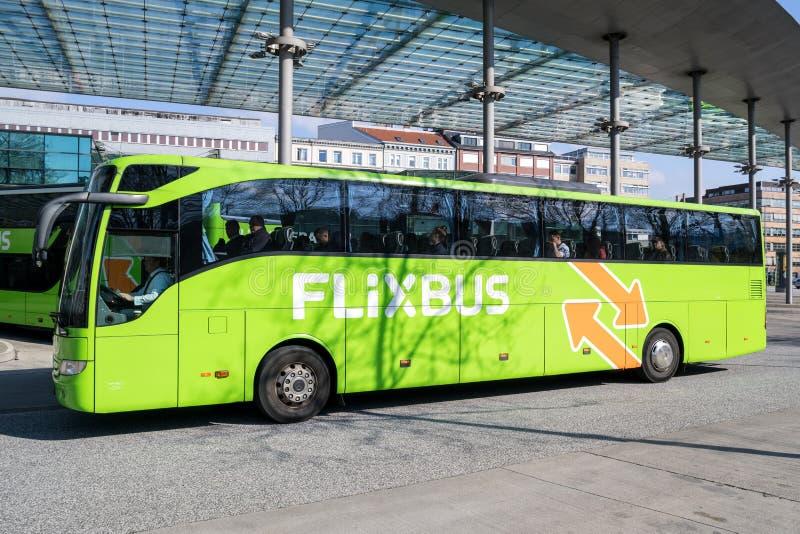 Intercity λεωφορείο Flixbus στην κεντρική στάση λεωφορείου του Αμβούργο στοκ εικόνες