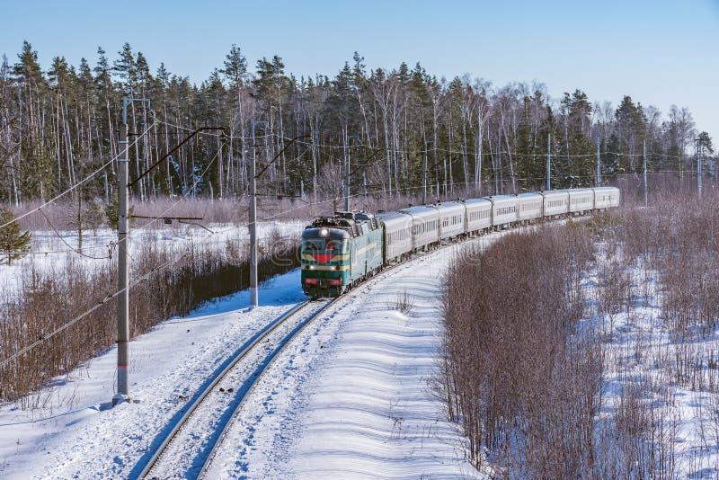 Intercity προσεγγίσεις τραίνων στο σταθμό στοκ εικόνες