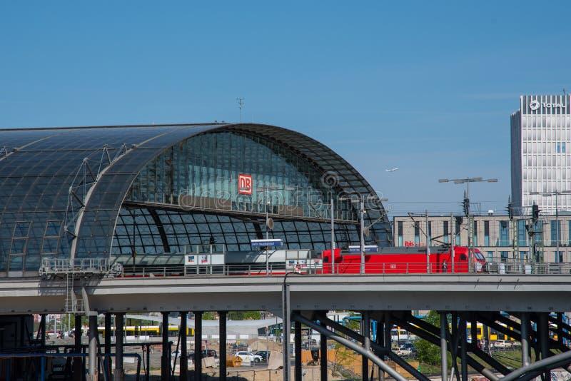 Intercity τραίνο DB στον κεντρικό σταθμό τρένου του Βερολίνου στοκ φωτογραφίες