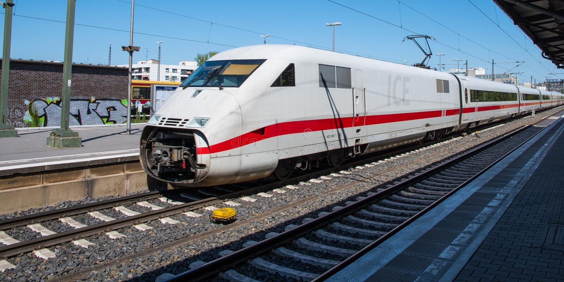 Intercity τραίνο ICE Bahn Deutsche στο σταθμό τρένου του Βερολίνου Σαρλότεμπουργκ στοκ εικόνες