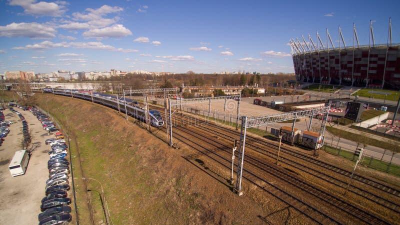 Intercity τραίνο PKP που περνά μέσω δίπλα στο εθνικό στάδιο στη Βαρσοβία στοκ φωτογραφίες